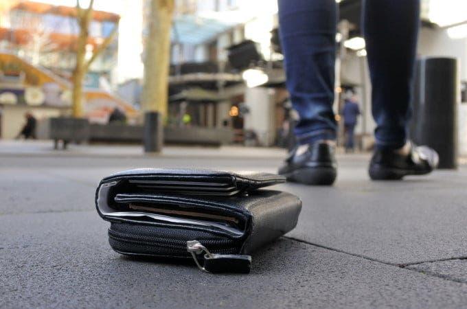 A găsit în piață, aruncat pe jos, un portofel plin de bani. L-a ridicat fără să-l vadă nimeni și apoi a... Acum nu vrea ca nimeni să afle
