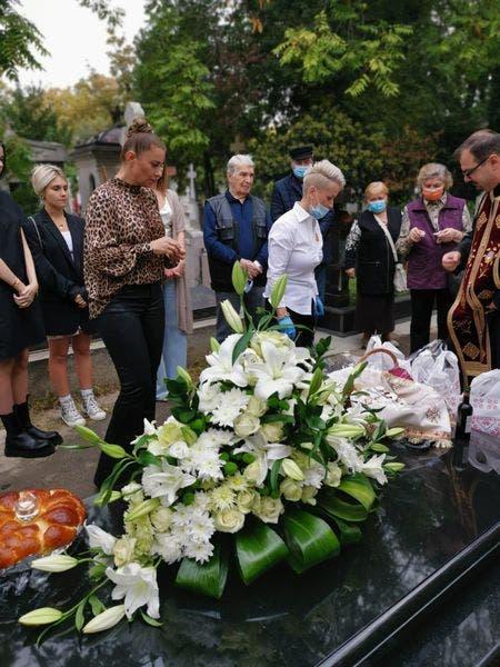 Anamaria Prodan la mormantul mamei sale