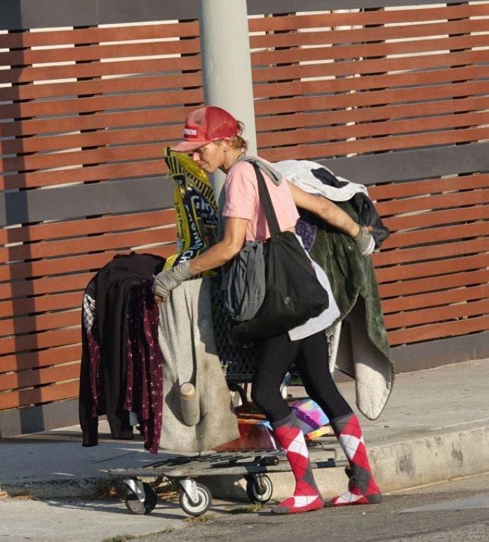 Ce păcat! Vedeta a ajuns pe străzi! Târăște un cărucior cu haine și mănâncă din gunoaie. Nimeni nu-o mai recunoaște