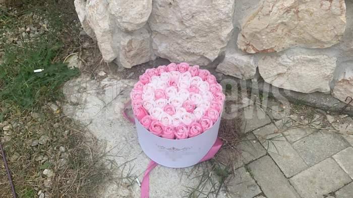 Un buchet de flori la poarta lui Alex Bodi