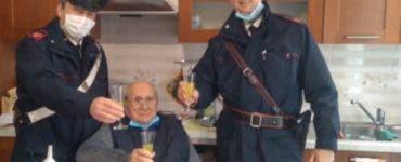 """Apel emoționant la poliție! Un bătrân le-a cerut ajutorul carabinierilor: """"Îmi lipsește o persoană cu care să ciocnesc un pahar de Crăciun"""""""