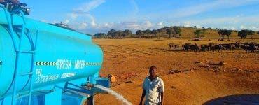 Acest bărbat duce în fiecare zi 11.356 de litri de apă în deșert! Nimeni din lume nu mai face așa ceva