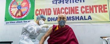 Dalai Lama s-a vaccinat