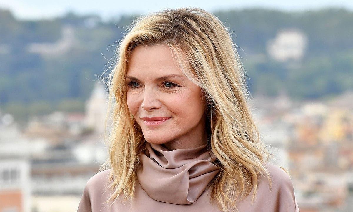 """Desemnată în urmă cu câțiva ani cea mai frumoasă femeie din lume, Michelle Pfeiffer a căzut """"pradă"""" operațiilor estetice. Cum arată celebra actriță acum"""