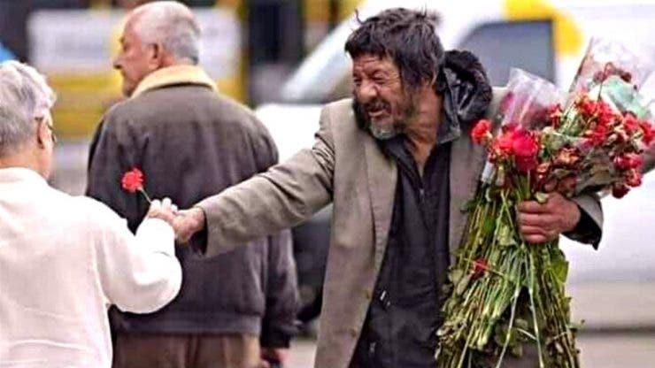Un om al străzii din Capitală a împărțit flori de 1 Martie, chiar dacă nu are ce mânca