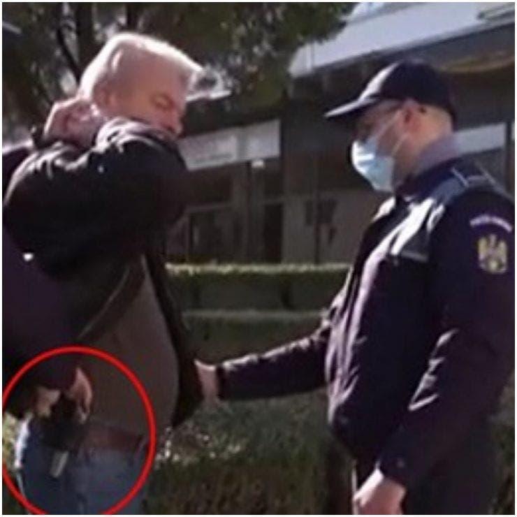 Gestu incredibil al unui bărbat din Onești! La o zi de la tragedie acesta a fost prins cu un pistol pe străzile orașului