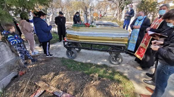 Primele imagini de la înmormântarea Corneliei Catanga! Artista este îngropată cu sicriul sigilat