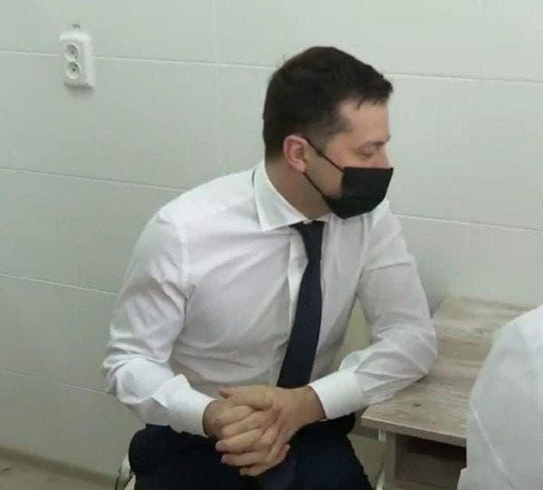 Președintele Ucrainei s-a vaccinat împotriva Covid-19 la bustul gol! Imaginile au devenit virale