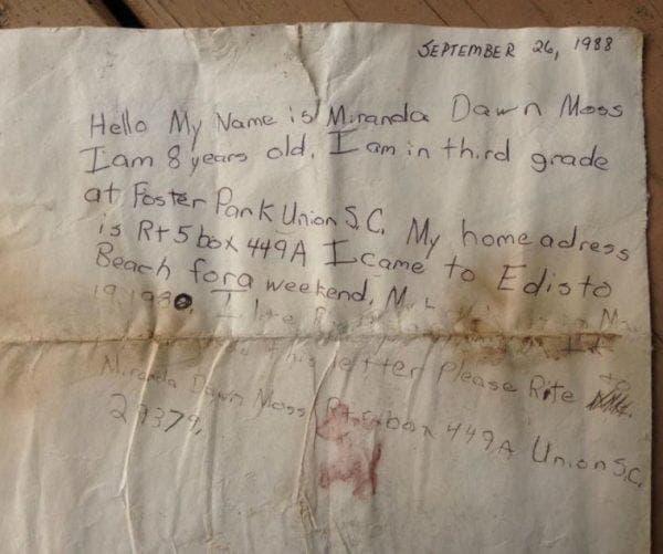 La 8 ani a scris un bilet și l-a aruncat în mare! După 29 de ani un cuplu a dat peste el și a știut că trebuie să se întoarcă imediat la expeditoare. Acesta conținea un mare secret