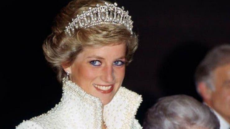 10 ținute memorabile purtate de Prințesa Diana