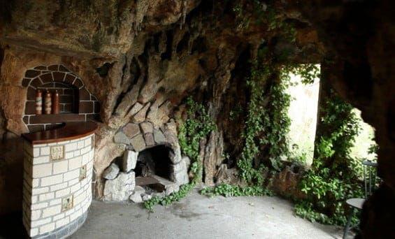 A forțat ușa unui castel abandonat de sute de ani, dar ce a găsit acolo l-a făcut să urle de groază! S-a folosit de asta ca sursă de inspirație pentru creațiile sale
