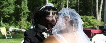 O tânără s-a căsătorit cu o păpușă zombie.