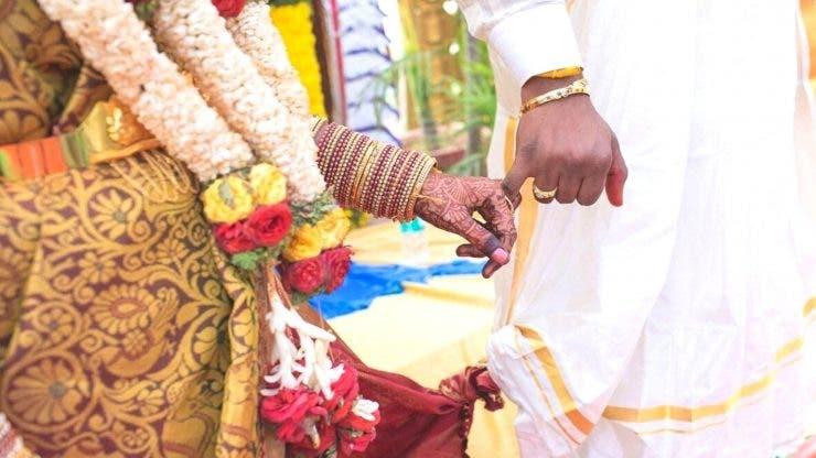 Pentru că mirele a întârziat la ceremonia religioasă, mireasa a decis să se mărite cu un alt bărbat (1)