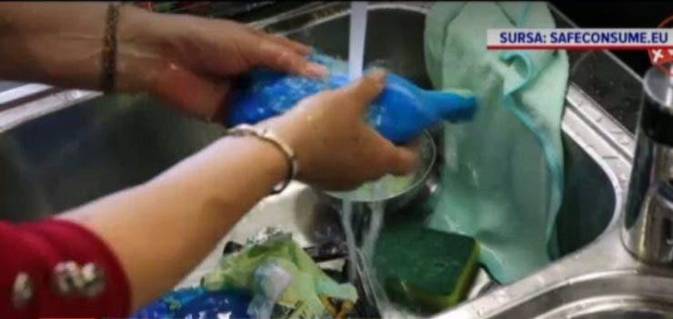 Bucătărie, un focar de infecții! Un studiu arată de ce niciodată nu trebuie să spălăm carnea de pui