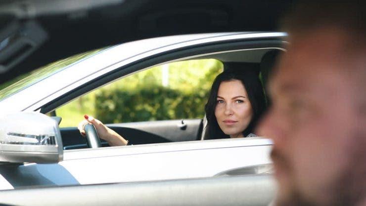 Era la semafor când lângă ea a oprit un bărbat necunoscut, a deschis geamul mașinii și i-a întins un plic! A intrat în panică atunci când a aflat cine era de fapt bărbatul