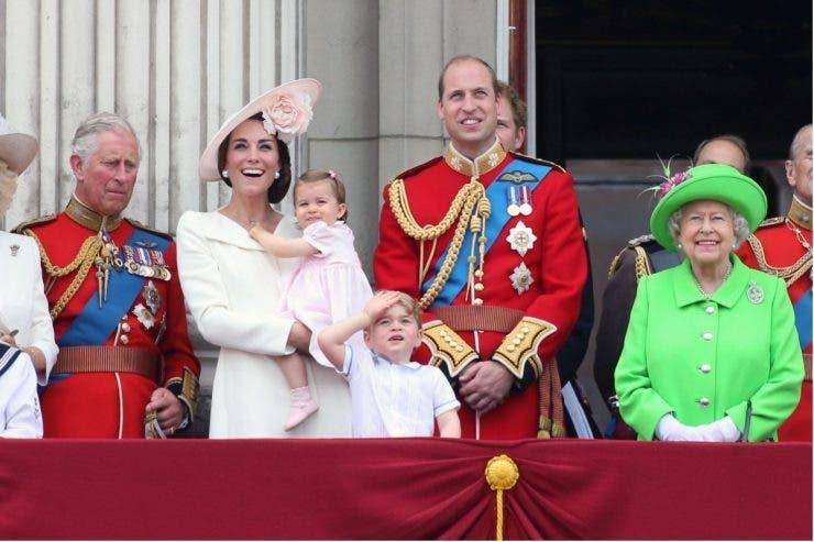 10 reguli din protocolul Casei Regale britanice! Ce nu au voie să poarte niciodată membrii familiei
