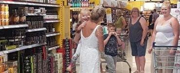 O mireasă de 54 de ani nu poate renunța la rochia de mireasă! O poartă încontinuu din ziua nunții