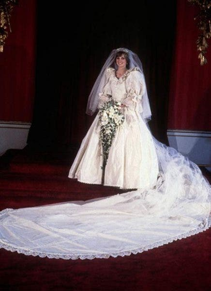 Ce se va întâmpla cu rochia de mireasă pe care a purtat-o Prințesa Diana la nuntă! Familia Regală a fost de acord cu acest lucru