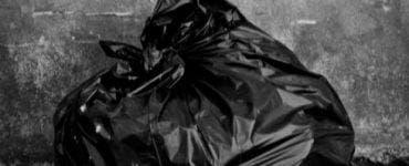 A găsit lângă un hotel o pungă de gunoi, din care se auzeau niște sunete ciudate! A sunat imediat a poliție când a aflat ce era în ea