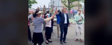 Imagini de necrezut! Un candidat la Primăria New York dansează pe manele alături de susținătorii săi - VIDEO