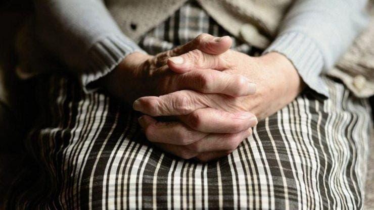 Uluitor! O bătrână i-a dat o adevărată lecție de viață unei chelnerițe de la o cofetărie