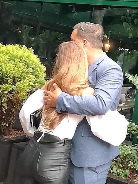 Ștefan Stan a fost surprins în tandrețuri cu o blondină misterioasă! Cântărețul este căsătorit și proaspăt tătic de jumătate de an