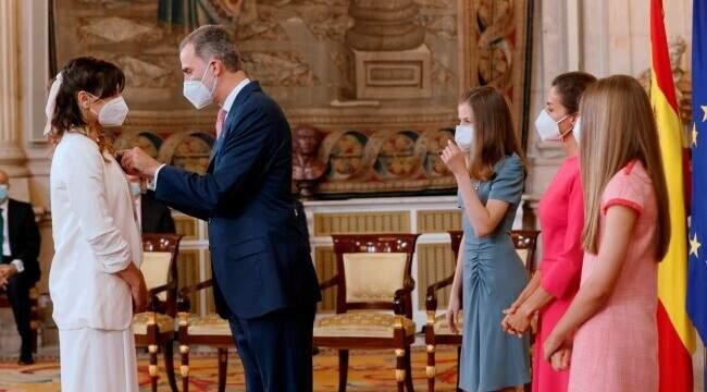 """O româncă a fost decorată de regele Spaniei! Poveste lui Alice Cozma, șofer voluntar de ambulanță în pandemie: """"Nu credeam că voi trăi asta"""""""
