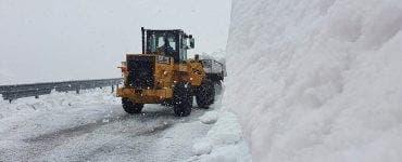 Transalpina este acoperită total de zăpadă! Drumarii muncesc continuu pentru a redeschide drumul la sfârșitul lunii iunie