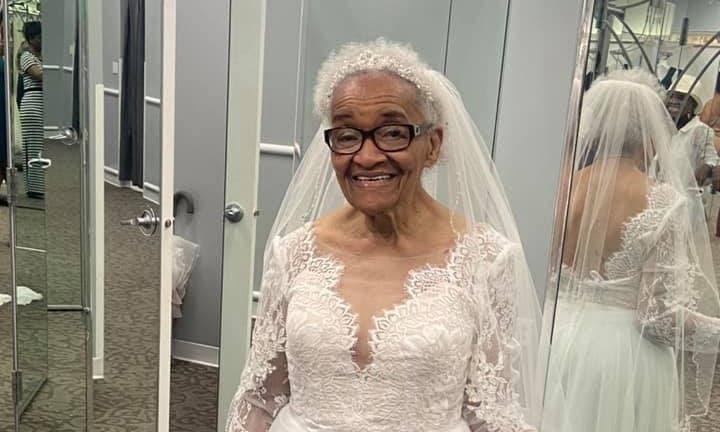 Niciodată prea târziu să-ți împlinești visurile! O femeia a îmbrăcat rochia de mireasă la 94 de ani