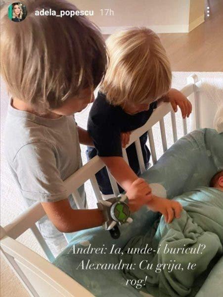 Adela Popescu a postat prima fotografie cu cei trei băieți ai ei. Cum se comportă primii doi cu cel mic