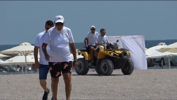 Ion Țiriac s-a afișat cu o brunetă sexy la plajă în Mamaia. Fostul tenismen a petrecut timp de calitate cu noua iubita