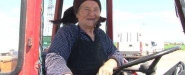 La 82 de ani, Tanti Mița conduce un tractor.