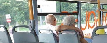 Un cuplu de bătrânei a atras atenția într-un autobuz! Gestul făcut de bărbatul în vârstă i-a șocat pe internauți