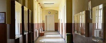 Descoperire șocantă într-o școală din Arad în timp ce era renovată! Se afla în perete de peste un secol