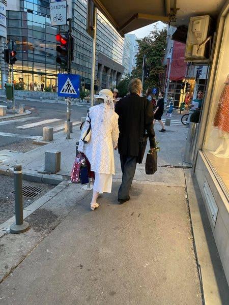 """Exemplu pe care l-au dat doi bătrânei pe Calea Victoriei! """"Unde vrei să mergem, iubita mea?"""""""