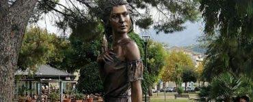 Val de reacții furioase în Italia din cauza unei statui care înfățișează o femeie aproape dezbrăcate
